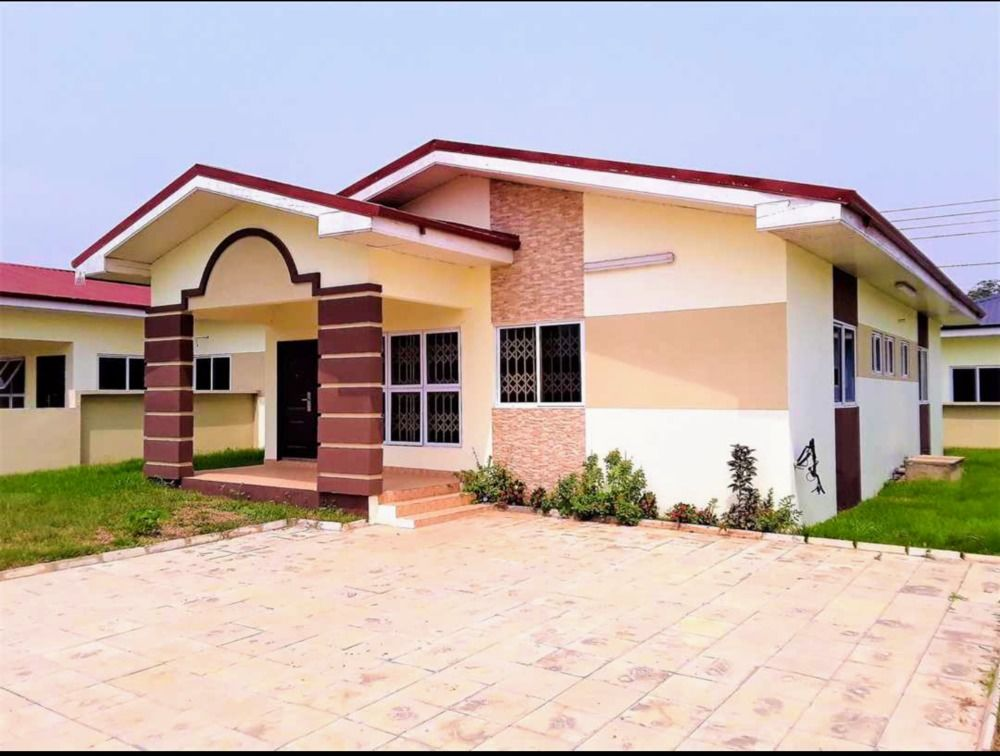 House for rent Exe 3bedroom self Compound at Oyarifa .Price ghs 2000 per month for a year advance