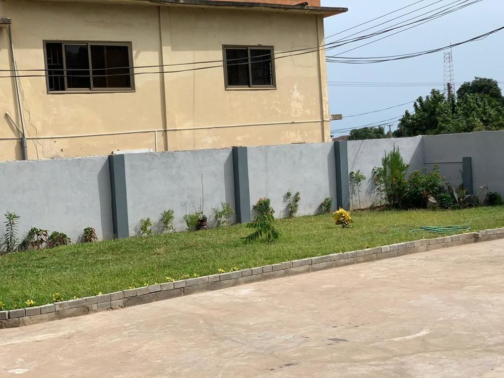 House for rent 10 bedrooms house + out house  for rent at Macathy hills good for both commercial n  residential, sch, office etc. Price =ghc4000/month for 1 year or more